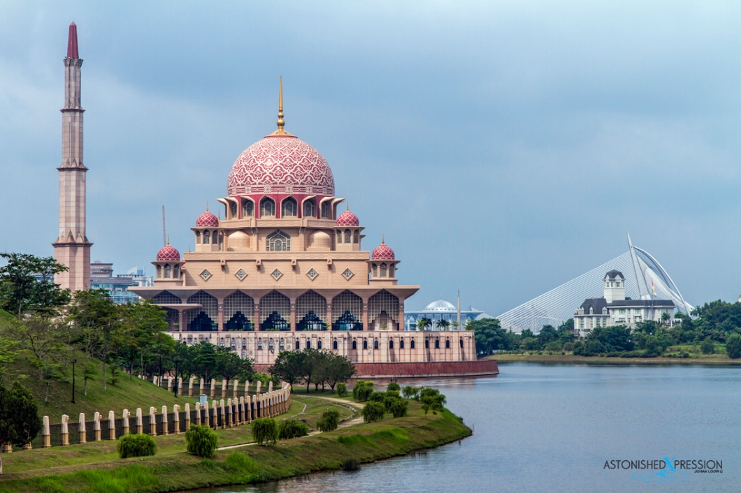 Masjid Putra (on the left) and Istana Darhul Ehsan in front of the Seri Wawasan Bridge