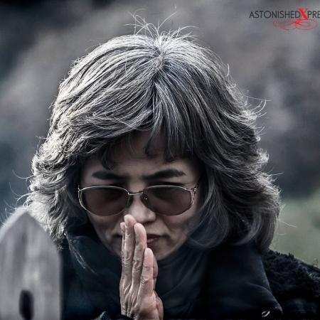 woman praying sengakuji tokyo